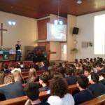Alunos participam da celebração de Páscoa